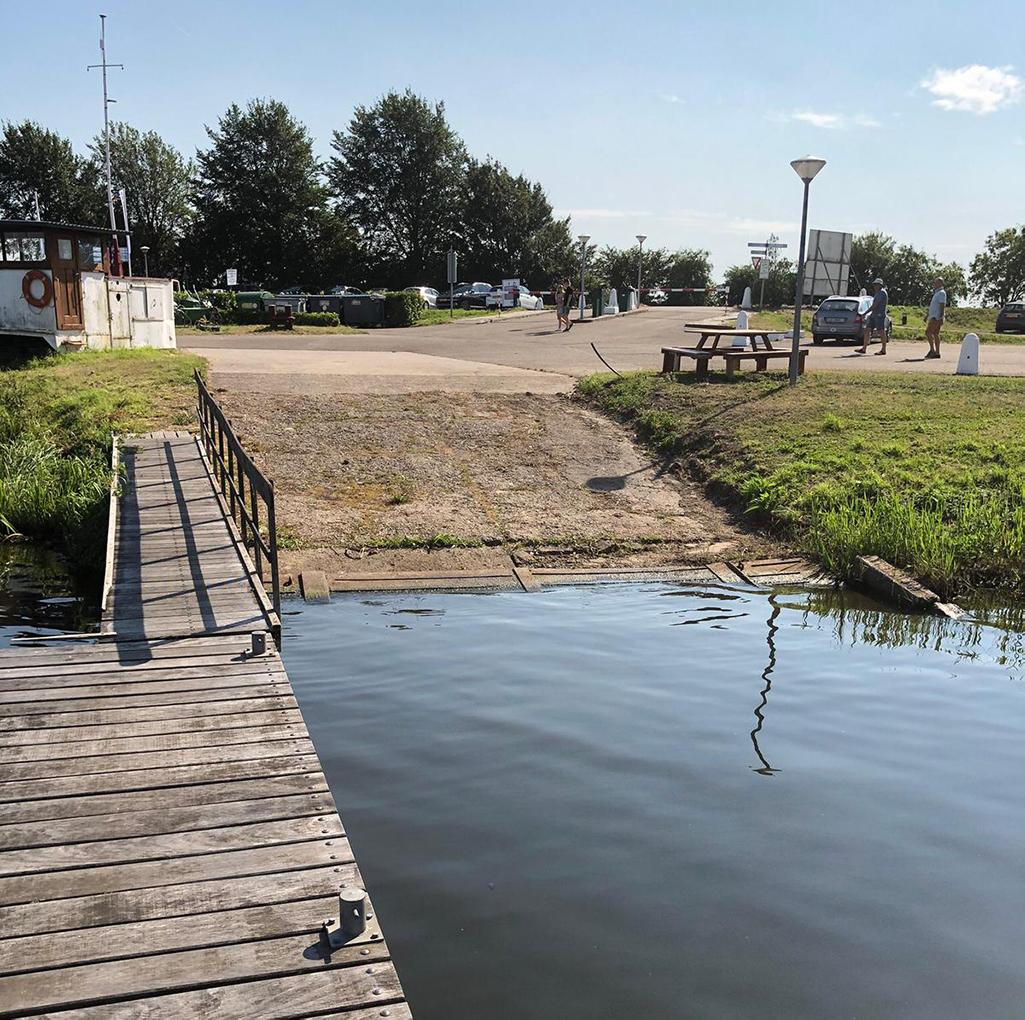 Trailerhelling nabij de parkeerplekken bij Jachthaven Waterkant.
