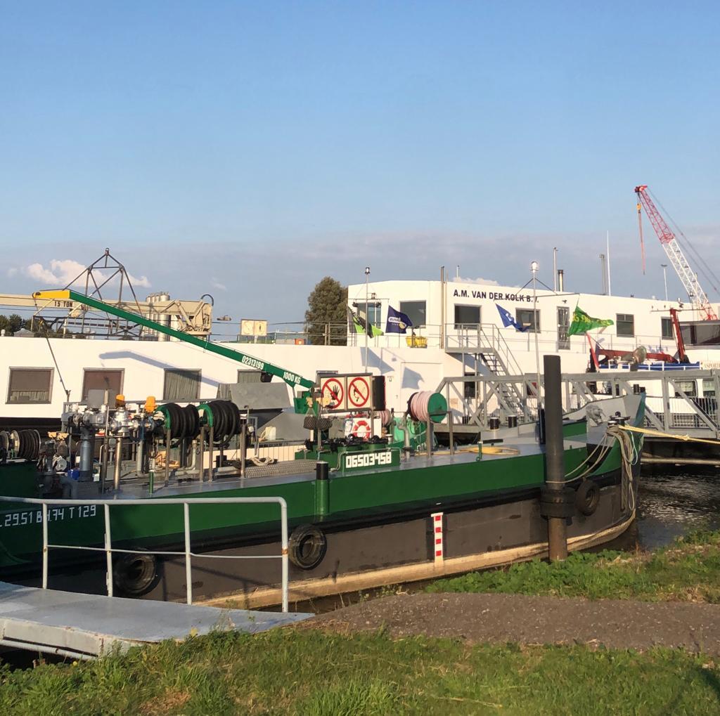 Bunkerschip voor brandstoffen op te halen op Jachthaven Waterkant