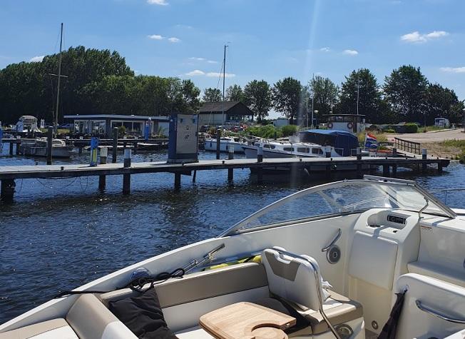 Foto genomen vanuit een boot uitkijkende op Jachthaven Waterkant.