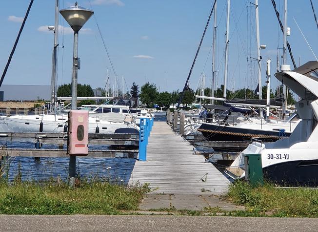 boten die in de jachthaven liggen voor verschillende tarieven.